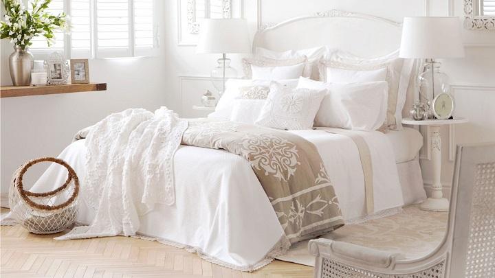 Consejos para decorar una cama en blanco - Decorar cama con cojines ...