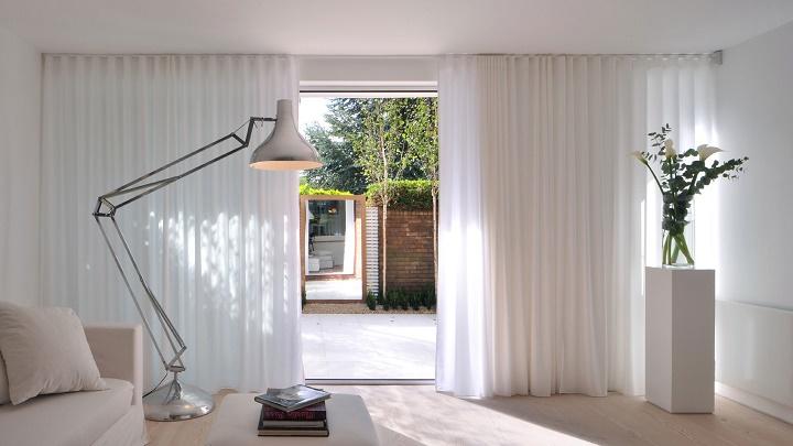 Decorar con cortinas las habitaciones de casa for Cortinas blancas salon