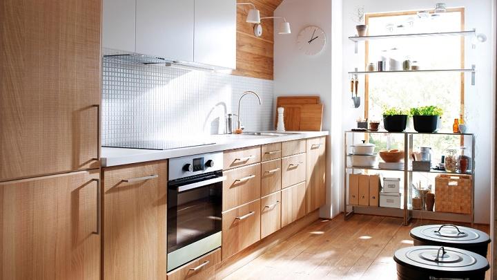 cocina de madera con plantas