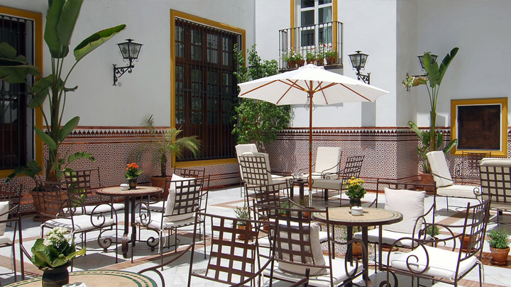 C mo decorar un patio andaluz for Arreglos de patios de casas