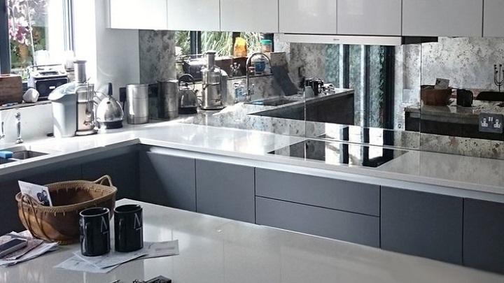 Consejos para decorar cocinas con poca luz natural for Cocinas con espejos