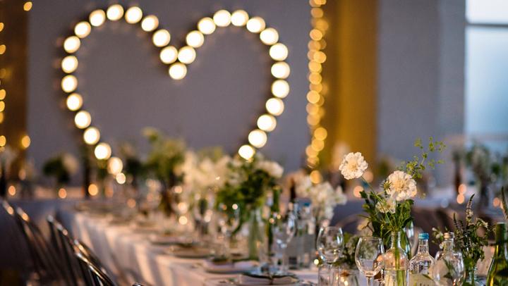 decoracion-bodas-tendencias-2018-mesa-cristaleria-vajilla