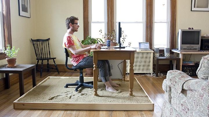 escritorio-con-el-suelo-de-arena