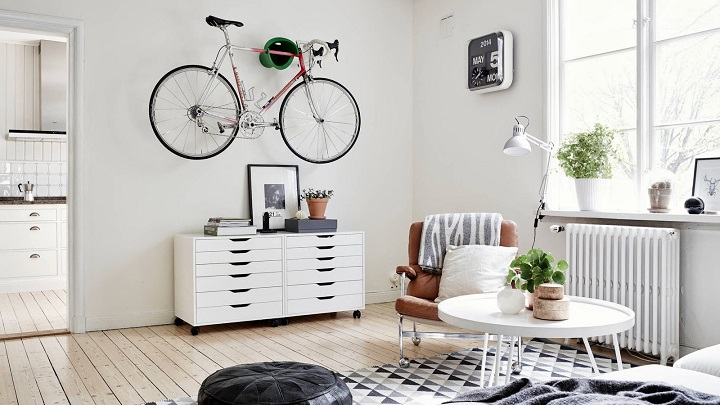 salon-con-una-bicicleta-en-la-pared