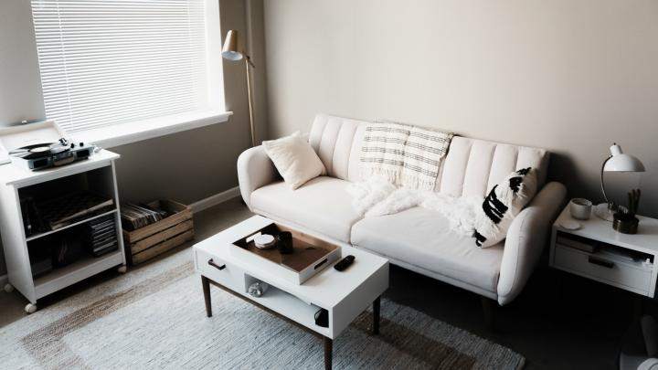 salon-oscuro-muebles-claros
