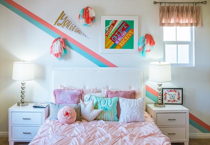 cama-con-cojines-coloridos