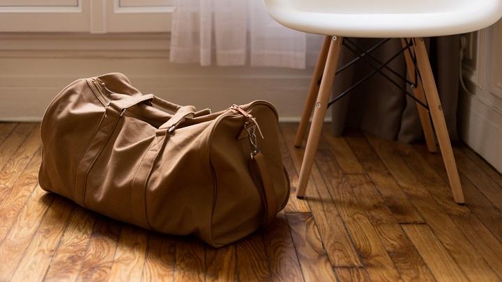 local-con-muebles-y-suelo-de-madera