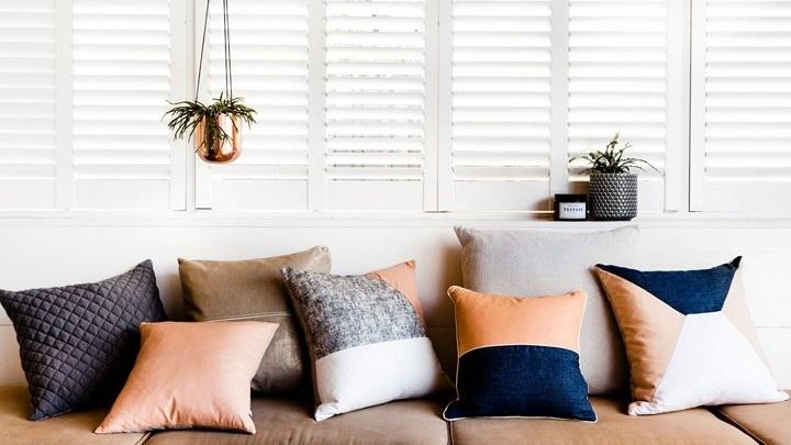 sofa-con-muchos-cojines