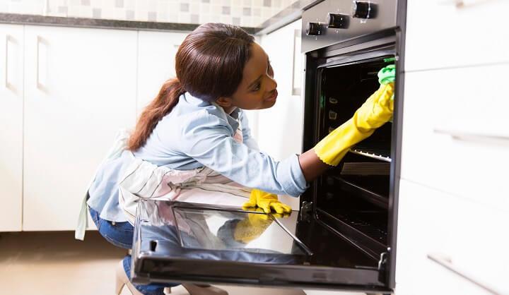 mujer-limpiando-el-horno
