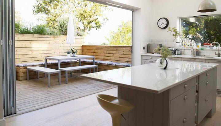 cocina-con-isla-y-terraza-conectadas