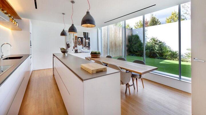 cocina-que-da-a-la-terraza-con-grandes-ventanales