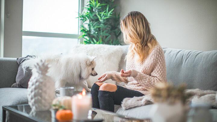 mujer-con-su-perro-en-el-sofa