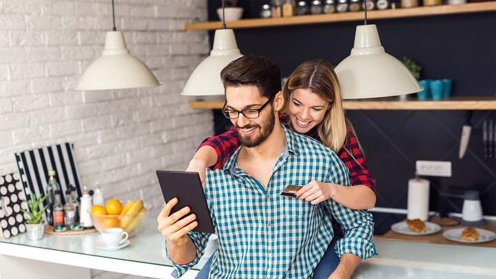 pareja-feliz-viendo-la-tablet