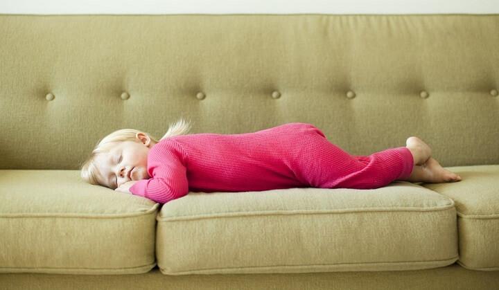 bebe-en-un-sofa