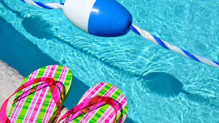 chanclas-en-una-piscina