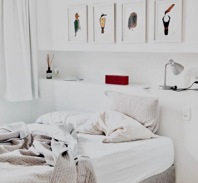 cuadros-en-dormitorio-blanco