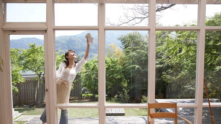 mujer-limpiando-cristalera-terraza