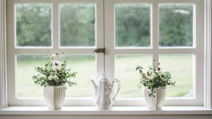 ventana-con-jarrones