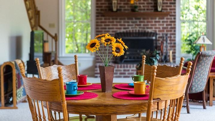 mesa-con-sillas-y-flores