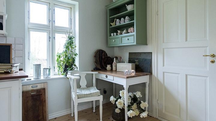 mesa-y-flores-en-cocina