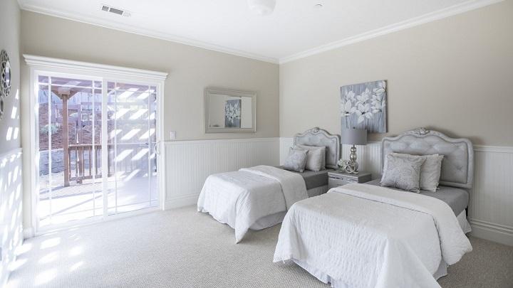 dormitorio-gris-y-blanco