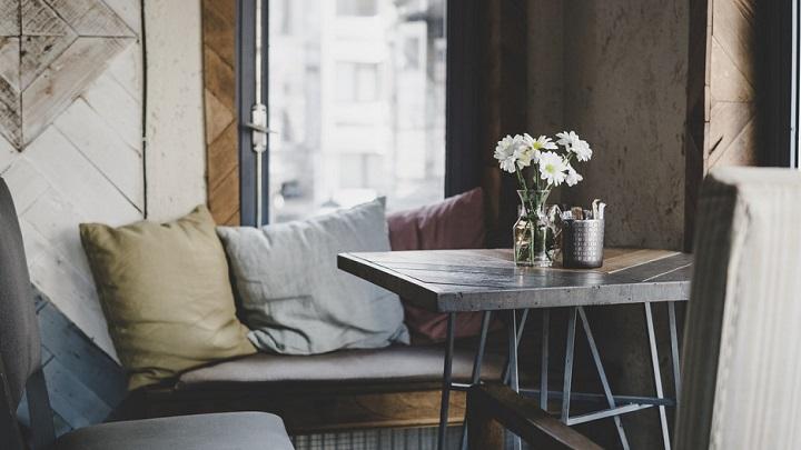 mesa-flores-y-cojines