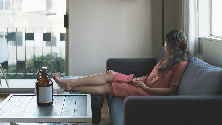 mujer-descansando-en-un-sofa