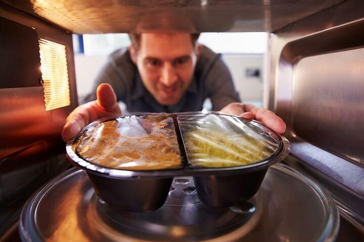 metiendo-comida-en-el-microondas