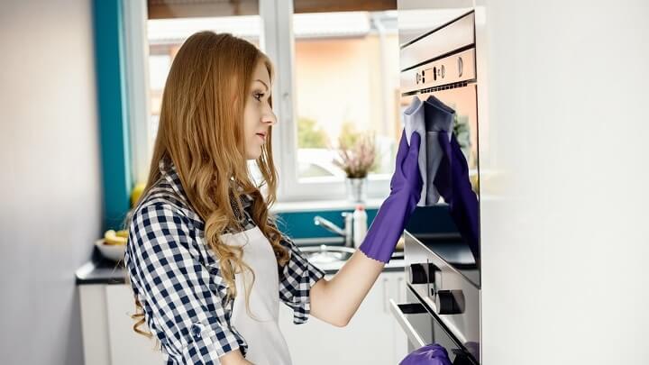 mujer-limpiando-microondas