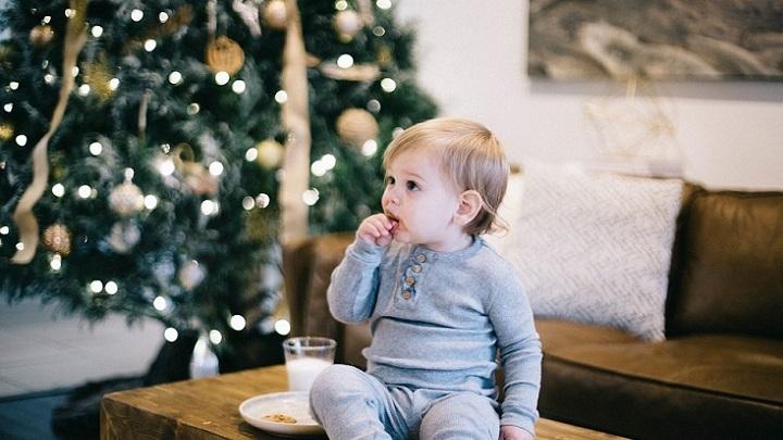 nino-y-arbol-de-navidad