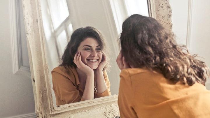 chica-ante-el-espejo
