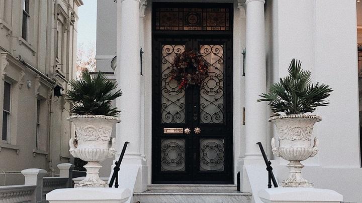 corona-puerta