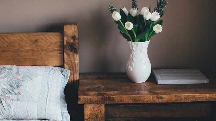 flores-en-jarron-blanco