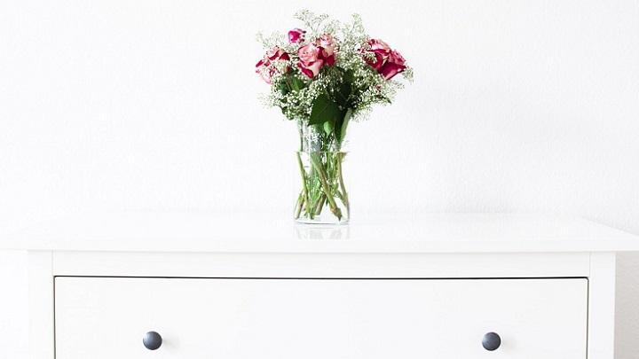 flores-sobre-mueble-blanco