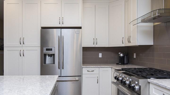 cocina-blanco-y-gris