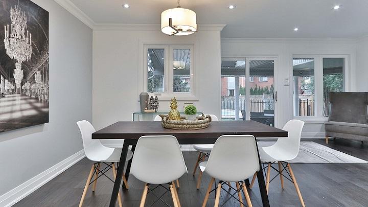 mesa-y-sillas-blancas