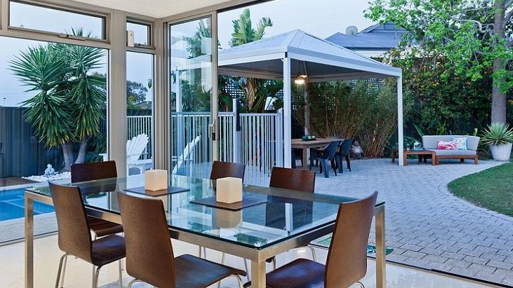silla-y-mesas-jardin
