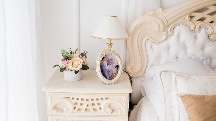 cabecero-de-cama-y-flores