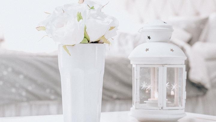 jarron-con-flores-blancas