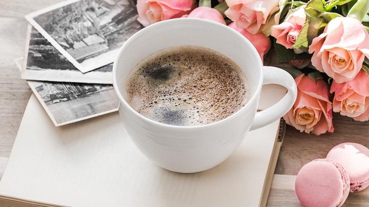 flores-y-taza-de-cafe