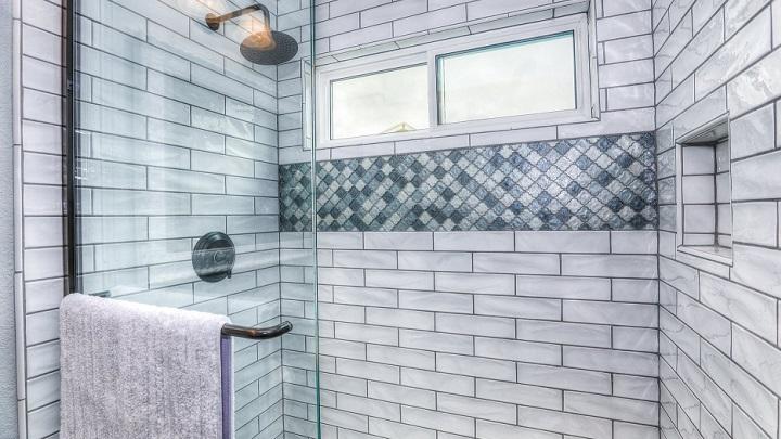 azulejo-y-toalla-gris