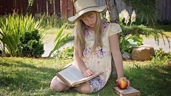 chica-lee-en-el-jardin