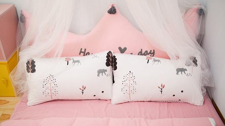 cojines-en-cama-rosa