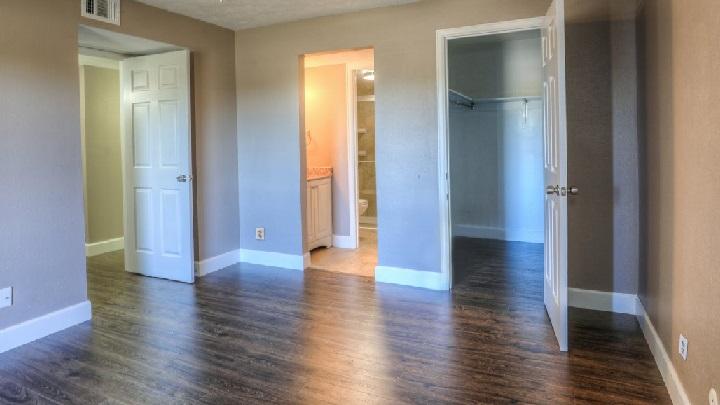 pared-gris-y-puertas-blancas