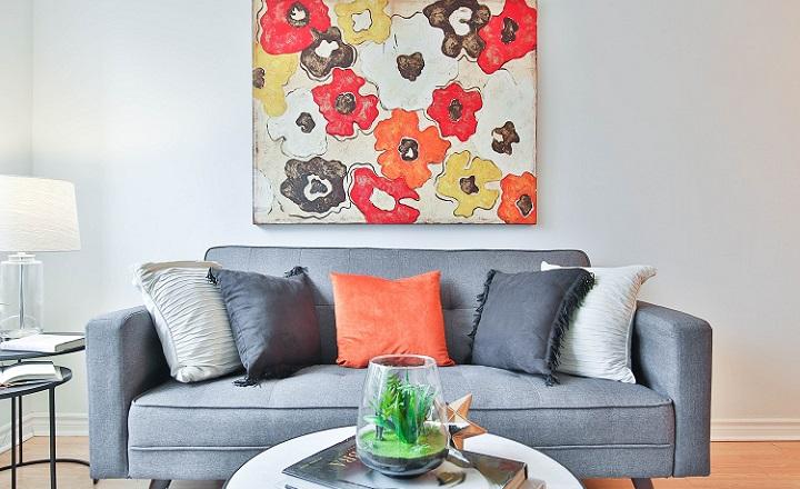 sofa-gris-con-cojines-y-cuadro