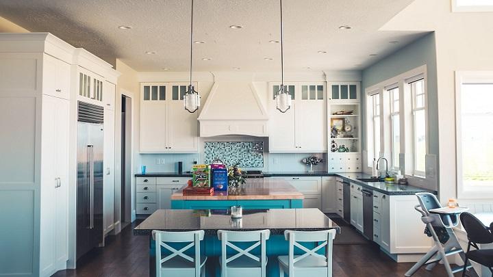 cocina-de-color-blanco-azul-y-gris