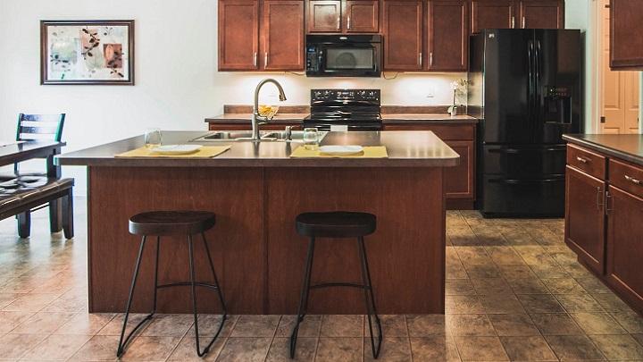 cocina-de-color-marron-y-negro