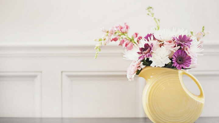 flores-delante-de-pared-blanca