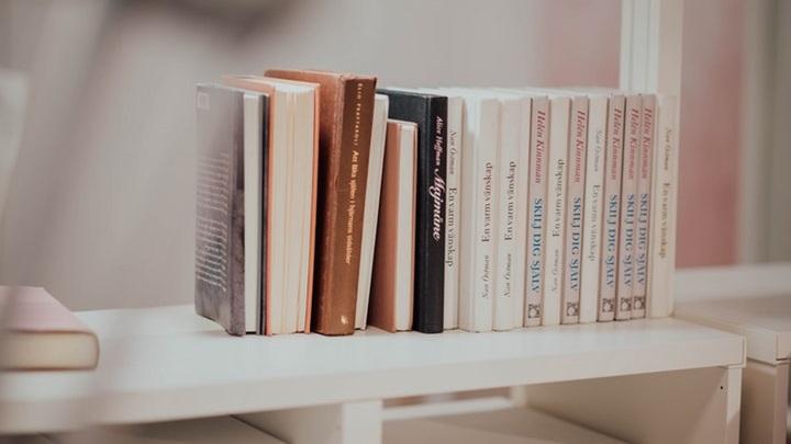 libros-sobre-estanteria-blanca