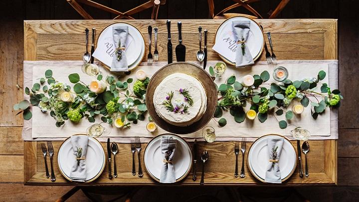 mesa-con-hojas-verdes